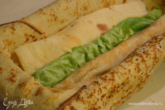 собираем террин: на дно формы укладываем чередуя 1 блин с мясом, затем с сыром рулет в салате, а затем опять с мясом.