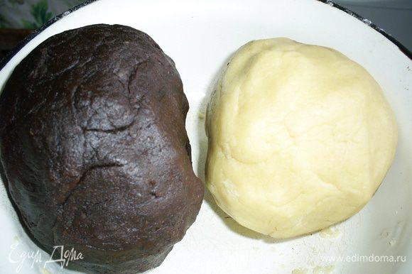 Замешиваем белое и шоколадное тесто. Постарайтесь месить его как можно меньше.