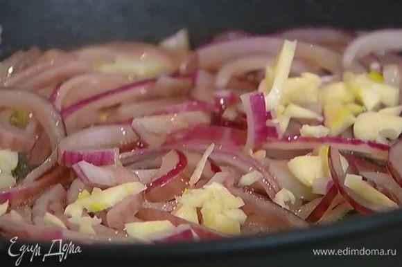 Чеснок почистить, раздавить плоской стороной ножа, мелко порубить и отправить в сковороду к луку.