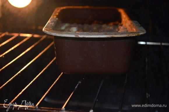 добавляем куриный фарш, соль, перец. Все перемешиваем. Выкладываем в смазанную маслом форму для кексов. Выпекаем 45 минут при 200 гр/