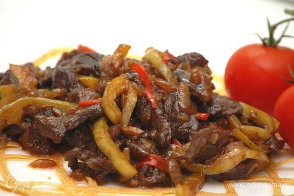 На сервированные яичными кружевами тарелки выкладываем мясо с болгарским перцем. Приятного аппетита!