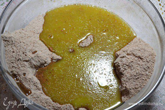 В смесь влить яблочный уксус, кофе, масло.