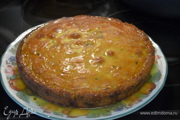 Готовый кекс снимем с духовки и дадим остынуть 10 мин. Вилочкой протыкаем сверху кекса отверстия. И польем глазурью. Наш кекс готов.