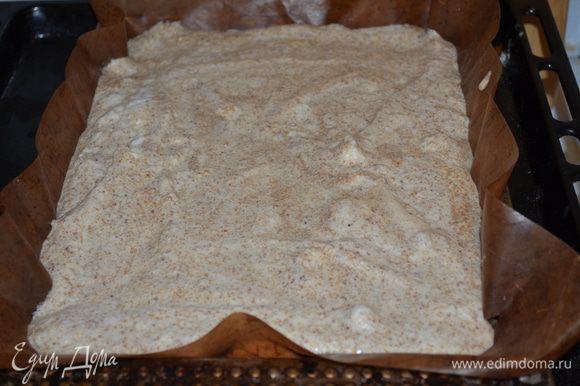 в форму для выпечки (можно взять большую стеклянную на 28 см, у меня противень небольшой) заселить бумагой для выпечки, немного смазать растительным маслом. Выложить тесто.