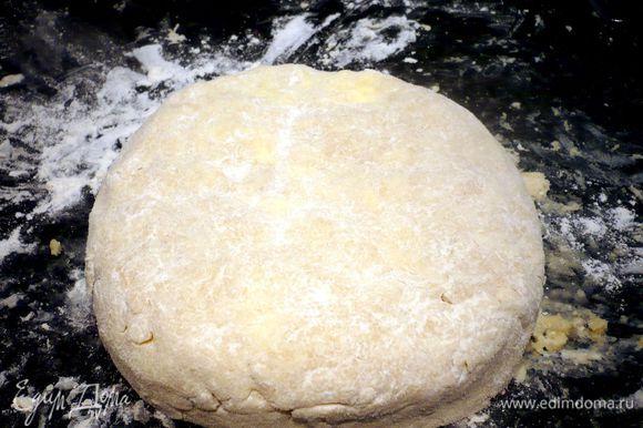 Вымешиваем тесто как можно энергичнее (я кончиками пальцев нажимала на кусочки масла, чтобы оно быстрее разошлось) до однородного состояния, можно подсыпать совсем немножко муки. Вот такое тесто у нас получилось, надавливаем на колобок немножко, чтобы он превратился в лепешку.