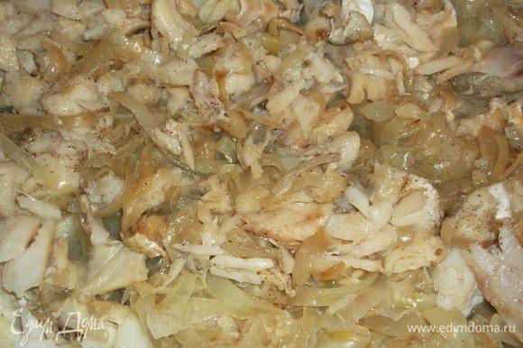 нарезаем треску небольшими кусочками,в сковородку (или кастрюлю с толстым дном) с разогретым маслом выкладываем лук и мелко нарезанный чеснок, немного обжариваем (4 минуты) добавляем треску солим,перчим и обжариваем на среднем огне минут 15
