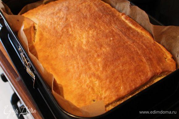через 20 минут достаем наш пирог, поливаем глазурью...Глазурь: смешаем все ингридиенты, ставим на огонь в кастрюльке и доводим до первых бульков или до загустения...