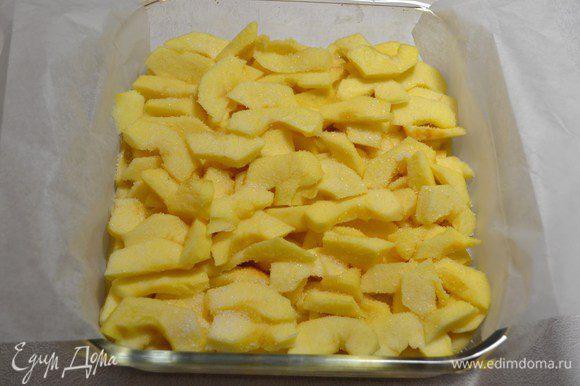 Распределить второй слой яблок и снова посыпать сахаром.