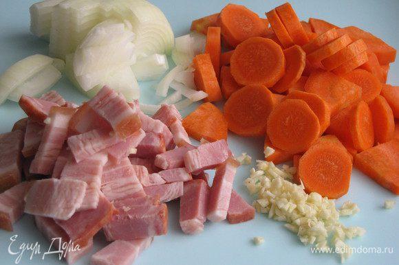 Лук чеснок, морковь очистить,мелко нарезать. Бекон нарезать небольшими кусочками. Говядину нарезать крупными кусками, натереть солью, перцем. обвалять каждый кусок в муке.