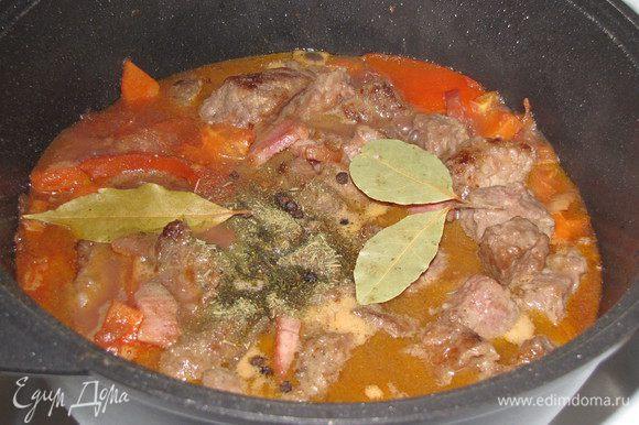 Влить оставшееся вино и горячий бульон, довести до кипения. Вернуть в кастрюлю мясо и бекон, положить горошины перца, тимьян и лавровый лист. Уменьшить огонь до минимума, тушить под крышкой 1,5-2 часа. Мясо должно быть очень мягким.