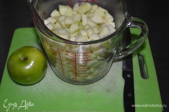 Яблоки очистить и порезать.У меня сорт Грэнни Смит. Орехи измельчить.