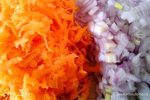 Нарезаем мелко лук и натираем на крупной тёрке морковь.