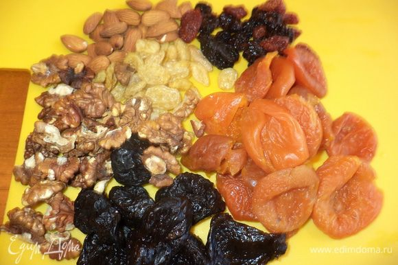 Сухофрукты промыть,если нужно немного смочить водой и оставить ,они не должны быть сухими,можно что то из сухофруктов замочить в коньяке или любой фруктовой настойке,орешки можно подсушить.