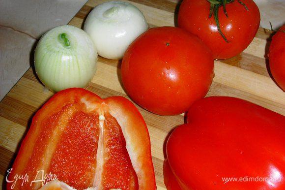 Неотъемлемым элементом любой паэльи является специальная сковородка «паэлья», но вы можете использовать обычную глубокую и большую сковороду или вок, как я. Сперва поместим сковородку на плиту, в разогретый вок добавим оливковое масло. В сковородку отправляется лук. Очень важно поджарить его до золотистой корочки. Далее следует нарезанный перец, а потом томат и стручковая фасоль.