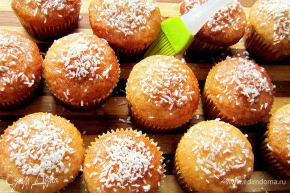 Для украшения кексов сахарную пудру тщательно перемешать с соком лимона. Получившуюся сахарную глазурь кисточкой нанести на кексы и посыпать кокосовой стружкой.