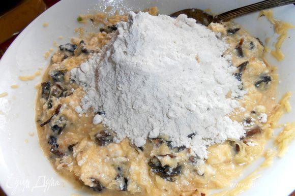 Муку смешиваем с ложечкой без горки разрыхлителя (или половиной ложечки соды) и высыпаем и замешиваем.Пробуем на соль.Так как укроп солёный,мне хватило добавить ещё кофейную ложечку соли.