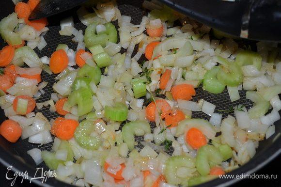 Добавить в эту же кастрюлю чеснок и обжаривать до запаха.Затем добавим лук,сельдерей,морковь и тмин,лавровый лист и обжариваем 10-15 мин.