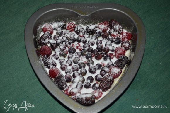 Выложить в форму ягоды и присыпать 1/4 стак.сахара.