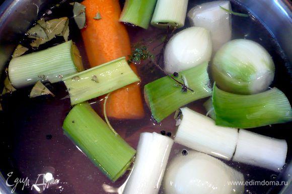 Варим бульон. Чистим овощи, режем крупно. Кладем овощи и промытое в проточной воде мясо, тимьян и перец в кастрюлю и заливаем водой (у меня была кастрюля объемом 5 литров, получилось 3 литра бульона, конечно, для пяти горшочков хватит и в два раза меньшего количества, но я готовила суп на два дня). Ставим на огонь, доводим до кипения и снимаем пену. Варим, прикрыв крышкой, до готовности мяса, на средне-медленном огне примерно полтора часа. Процеживаем бульон. Мясо возвращаем в бульон.