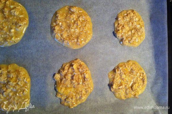 Застелите решётку (гараздо лучше выпекать на решётке, чтобы печенье получилось хрустящим с обеих сторон) бумагой для выпечки. Ложкой выложите массу на бумагу - 1 столовая ложка без горки на 1 шт. печенья. У вас получится приблизительно 20 шт печенья. Выпекать 10-15 мин пока печенье не станет золотистым. Вынуть из духовки и дать остыть.