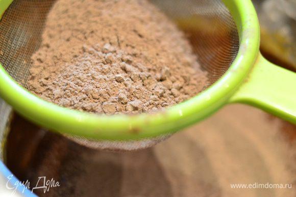 Туда же добавляем просеянную муку с какао в несколько приемов, и лопаткой аккуратно перемешиваем,получается густое шоколадное тесто.