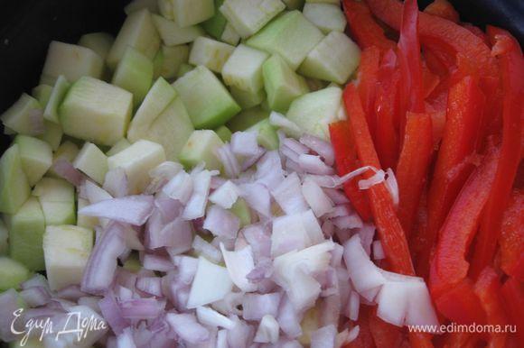 Лук и кабачки нарезать небольшими кубиками, перец красный сладкий нарезать пластинами, чеснок пропустить через пресс , посолить, поперчить.