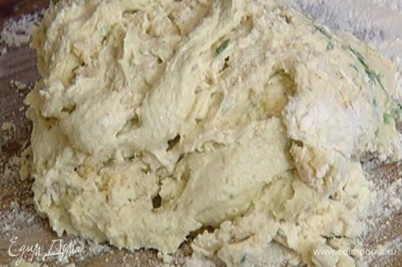 Всыпать оставшуюся муку с разрыхлителем, влить молоко, добавить сыр и зелень и взбивать до получения однородного, гладкого теста.
