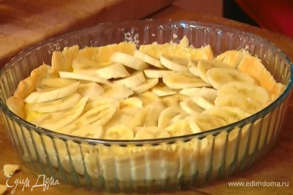 Остывший корж покрыть кремом, сверху выложить внахлест банановые ломтики, посыпать 1 ч. ложкой сахарной пудры и отправить ненадолго под гриль.