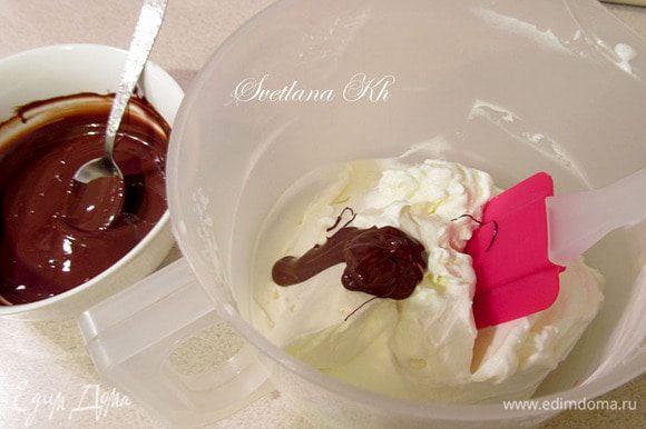 Для крема сливки взбить, а плитку шоколада растопить в микроволновке. Постепенно подмешать мягкий шоколад ко взбитым сливкам и размешать до однородности.