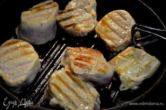 Свиные медальоны снять с маринада. На гриль сковороде обжарить с каждой стороны по 2 мин. сторона.