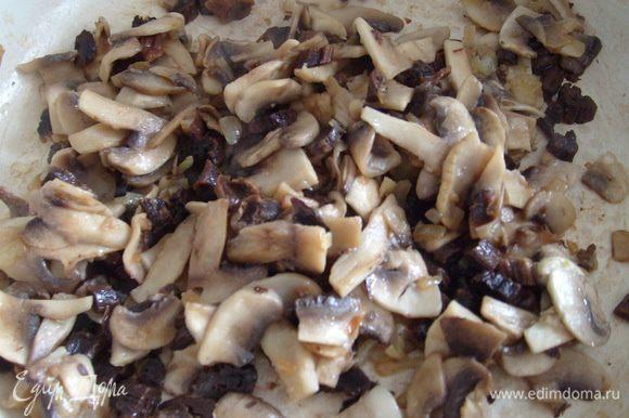 Добавить порезанные тонкими пластинами шампиньоны. Жарить до готовности грибов.