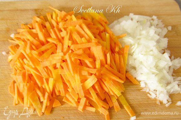 Лук и морковь мелко нарезать. Я не тру морковь на терке, всегда нарезаю соломкой вручную. Часть моркови и лука добавить в бульон к курице и картофелю.