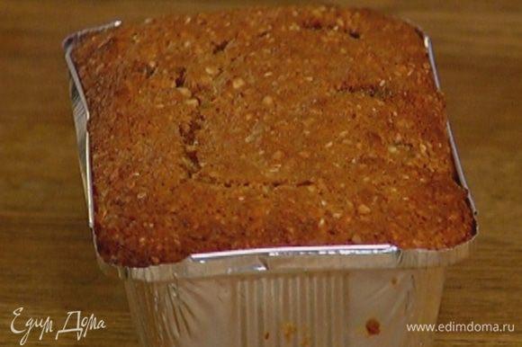 Готовый кекс остудить, покрыть кремом и посыпать оставшейся кокосовой стружкой.