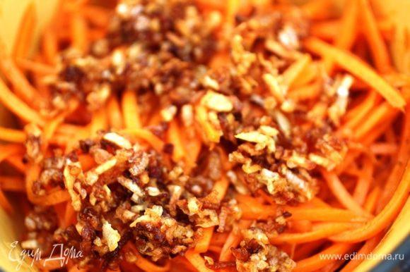 С моркови слить лишнюю жидкость и залить маслом. Я не убираю лук и чеснок...