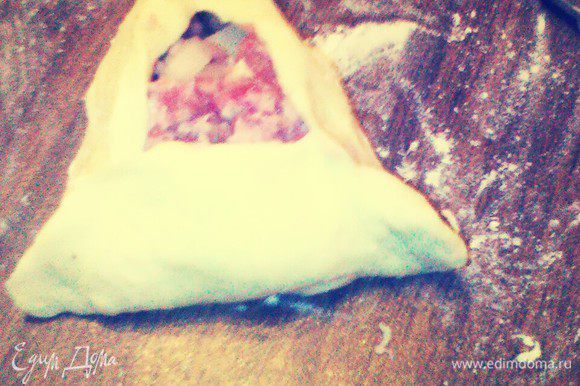 Защипнуть края в виде треугольника.