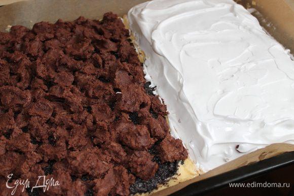 выкладываем наши белки на вишню..такой получается у нас пирог, с одной стороны мак с шоколадным тестом, с другой - орех , вишня и белки.