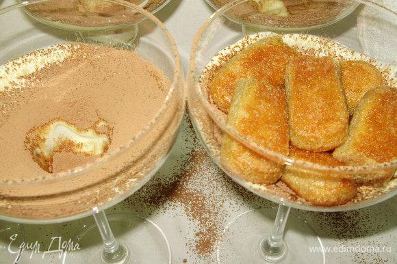 Печенье окунаем в кофе и выкладываем поверх какао.