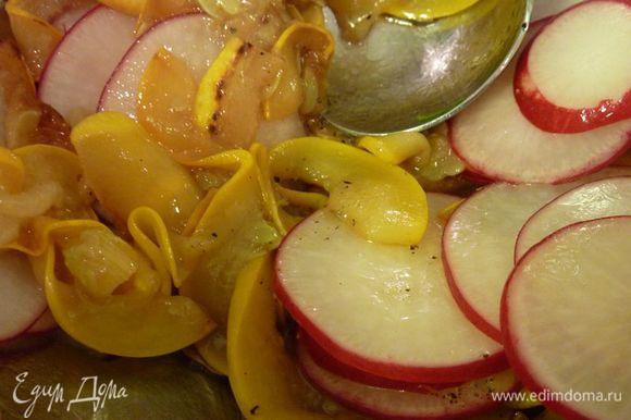 В небольшой миске перемешать кабачок и редис, 1 чайную ложку масла и 1 столовую ложку лимонного сока.