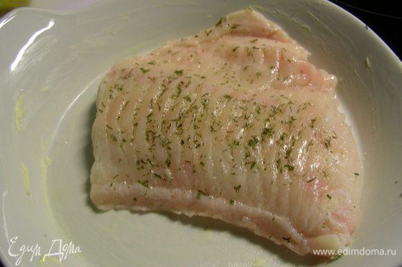 Рыбу солим, перчим, можно посыпать специями для рыбы по вкусу. В оригинальном рецепте ее предлагают готовить на гриле, а я запекала в духовке. И к ней в конце добавила овощной гарнир.