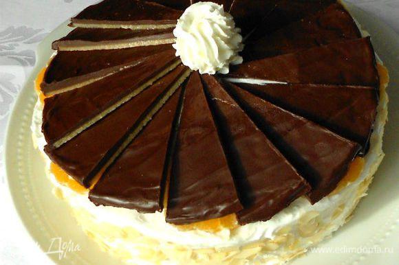 Сверху по периметру торта выложить кружочки очищенных мандаринов. Уложить сегменты на торт немного внахлёст, слегка вдавив в сливки. Можно под каждую пластину выдавить ещё сливок из корнетика для закрепления. Поскольку крем с апельсином получается желтоватого цвета, то я и с боков поверх него нанесла сливки. Хотелось контраста. Бока торта обсыпать миндальными лепестками. Дайте ему пропитаться в течении 8 часов. Приятного чаепития!