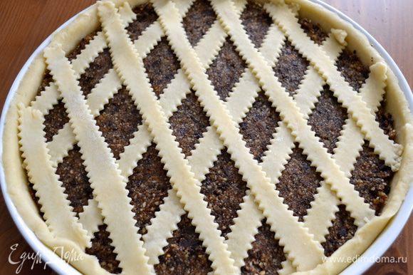 """Для тех, кто еще не делал подобный пирог-плетенку - нарезанные из теста полоски укладываем сверху начинки на одинаковом расстоянии друг от друга в одном направлении. Затем под углом укладываем верхний слой из полосок поверх первого. Наподобие плетенки... Бортик загибаем и украшаем пирог """"кантиком""""."""