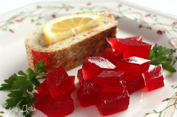 Для сервировки нарезать желе маленькими кусочками. Подавать с острым хреном, лимоном.