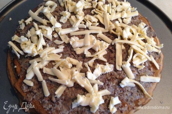 На блин нанести грибную начинку, сверху посыпать натертым плавленным сыром...