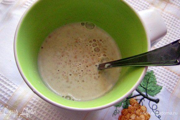 Развести в небольшом количестве теплого молока дрожжи, добавить 1 ч л сахара и 2 ст л муки. Размешать и поставить в тёплое место.