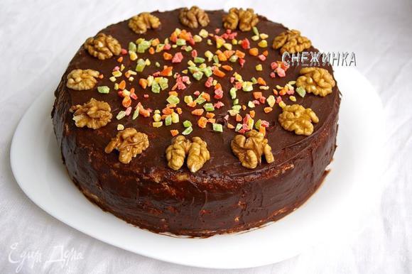 Покрываем торт глазурью. Украшаем половинками грецкого ореха и разноцветными ананасовыми цукатами, или по своему усмотрению. Оставляем торт, чтобы глазурь застыла.