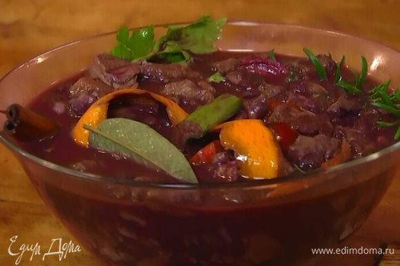 Вино довести до кипения, остудить и залить мясо с овощами и специями. Затянуть пищевой пленкой и оставить на сутки при комнатной температуре.