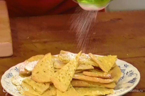 Готовое печенье посыпать оставшейся сахарной пудрой.