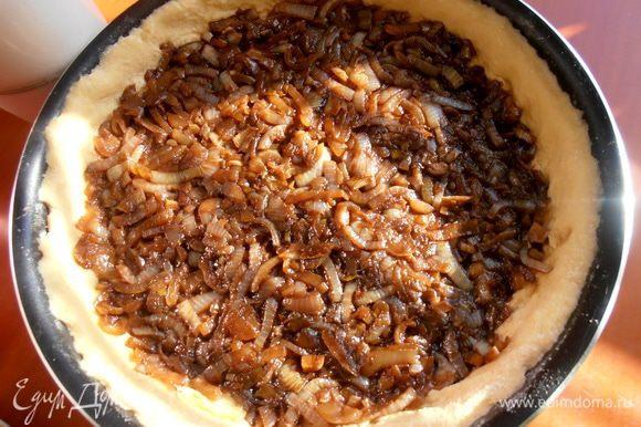 Как видите,лук сильно утушился и уменьшился в размерах и поэтому не сильно выделялся в пироге.