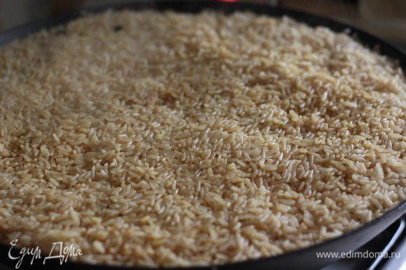Обратите внимание, какой получился ровный не слипшийся и гладкий рис. Цвет риса стал темнее из-за жидкости в зирваке - где тушилось мясо.