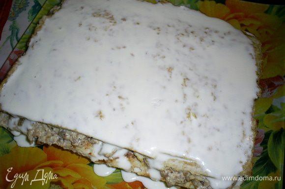 Теперь нам надо покрыть заливкой торт. Чтоб добиться идеально ровной поверхности можно либо заливать заливку в два этапа, либо поставить заливку в холодильник на несколько минут и подождать, пока она начнет густеть. Я вылила примерно третью часть заливки на торт и отправила его на 5 минут в морозилку застывать. Туда же поставила и заливку. Через 5 минут заливка на торте полностью застыла, а оставшаяся - начала густеть. Я обмазала ей бока торта, и вылила второй слой на верх. Если заливка у вас застыла уже настолько, что сама не растекается, ее можно идеально выровнять с помощью широкого горячего сухого ножа.